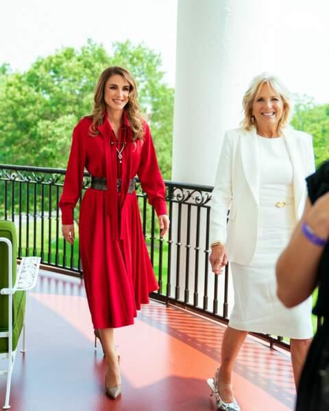 Jill Biden porte une veste Adam Lippes en blanc et des escarpins signés Dior.