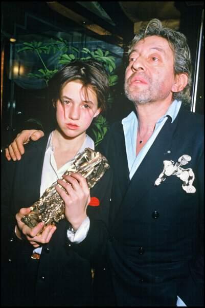 Charlotte Gainsbourg habillée comme son père Serge Gainsbourg à sa droite