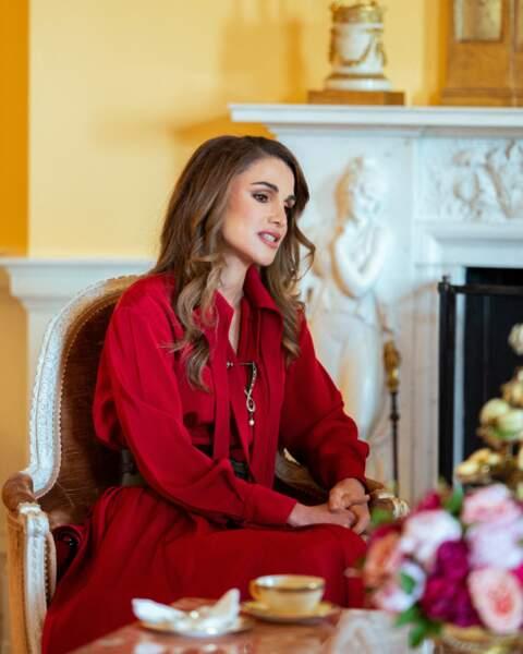 Rania de Jordanie porte une robe rouge Hussein Bazaza, un créateur libanais et des escarpins Manolo Blahnik pour rencontrer Jill Biden.