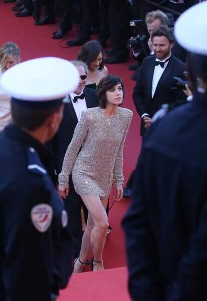 Charlotte Gainsbourg en 2017 : Sexy elle ose la robe courte pailletée et dorée