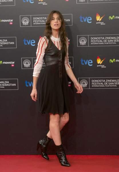 Charlotte Gainsbourg en 2014 : la rocking girl mise sur ses bottines noires et une robe en cuir, relevée par un sous pull à rayures