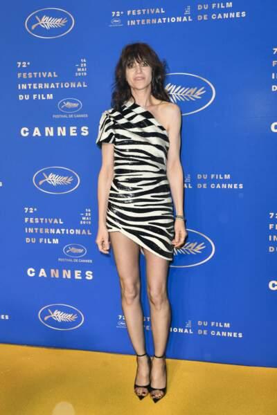 Charlotte Gainsbourg en 2019 : en ravissante robe courte asymétrique et imprimé zèbre