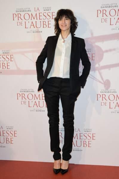 Charlotte Gainsbourg en 2017 : élégante, elle ose le costume féminin noir et la chemise blanche transparente