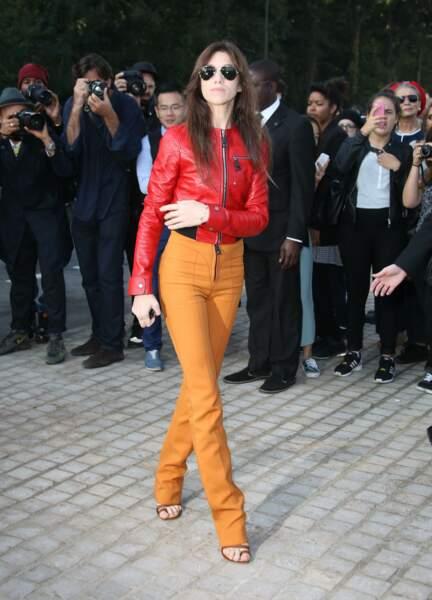 Charlotte Gainsbourg en 2014 : rock et glamour l'actrice mise sur un slim en cuir jaune et une veste rouge éclatant