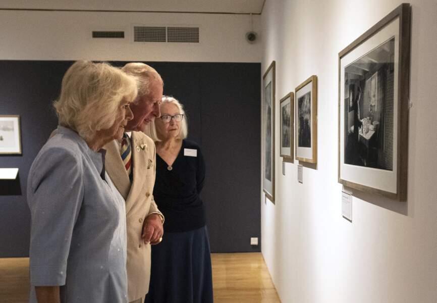 """Le prince Charles et son épouse la duchesse de Cornouailles se sont rendus à la galerie d'art """"The Burton"""" à l'occasion de son 70ème anniversaire, à Bideford, ce 21 juillet 2021."""