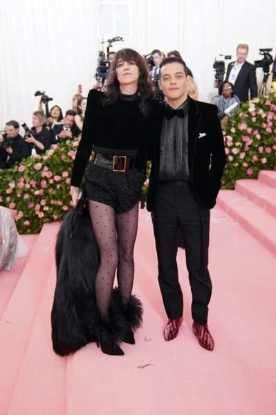 Charlotte Gainsbourg en 2019 : aux côtés de Rami Malek en robe combi-short noire composée d'une longue traîne au Met gala