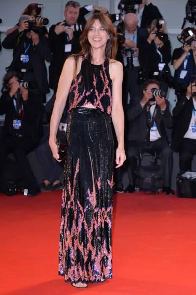 Charlotte Gainsbourg en 2014 : invitée d'honneur au Festival de Cannes elle fait tomber le costume pour une robe longue électrique