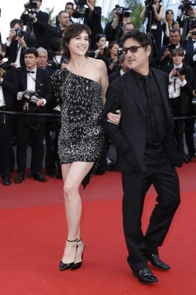 Charlotte Gainsbourg en 2017 : en compagnie de son mari Yvan Attal en robe courte pailletée et asymétrique, sa pièce favorite sur les tapis rouges