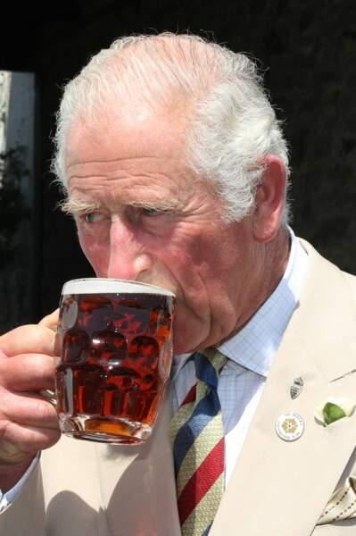 Peu importe si cela colle ou non au protocole royal, le prince Charles savoure sa pinte de bière dans un pub lors de sa visite à Iddesleigh, ce 21 juillet 2021.