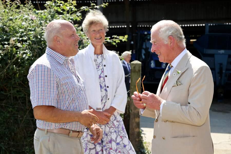 """Très détendu, le prince Charles s'est entretenu avec les membres du """"North Devon Biosphère"""", à Bideford, ce 21 juillet 2021."""
