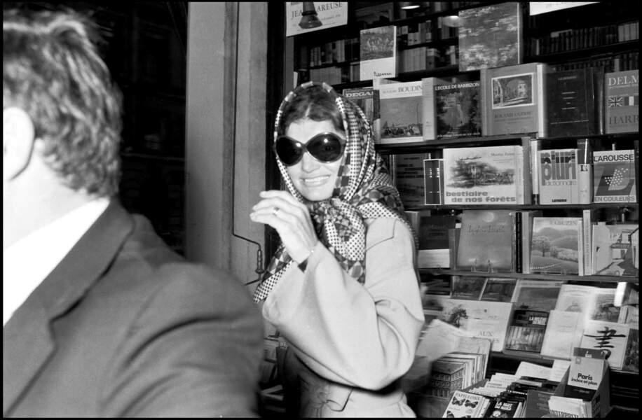 Jacki Onassis et son foulard en soie noué sur la tête
