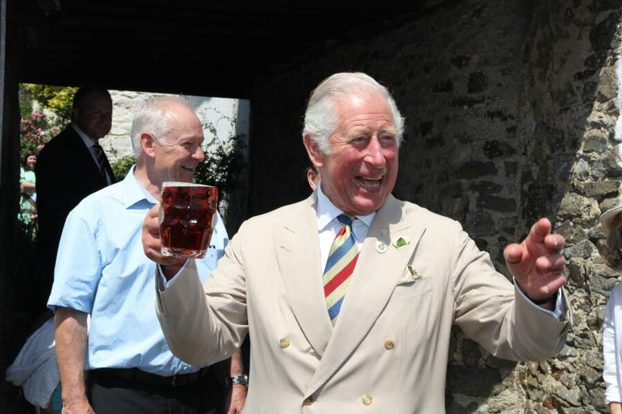 Le prince Charles décontracté s'affiche avec une pinte de bière à la main lors de son passage dans un pub, à Iddesleigh, ce 21 juillet 2021.