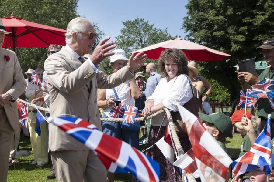 Malgré les dernières annonces de son fils Harry, le prince Charles est apparu très détendu auprès des habitants de Bideford, ce 21 juillet 2021.
