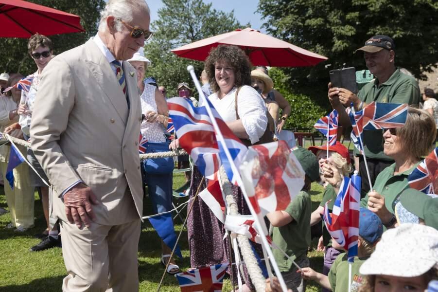Après la suppression des restrictions sanitaires liées à la pandémie de Covid-19, le prince Charles a pu profiter d'un bain de foule à Bideford, ce 21 juillet 2021.