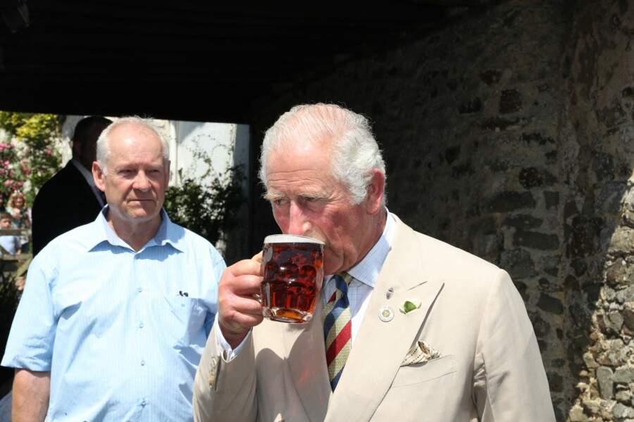 Loin du tumulte, causé par l'annonce de la prochaine publication des mémoires de son fils Harry, le prince Charles prend du bon temps dans un pub d'Iddesleigh, ce 21 juillet 2021.