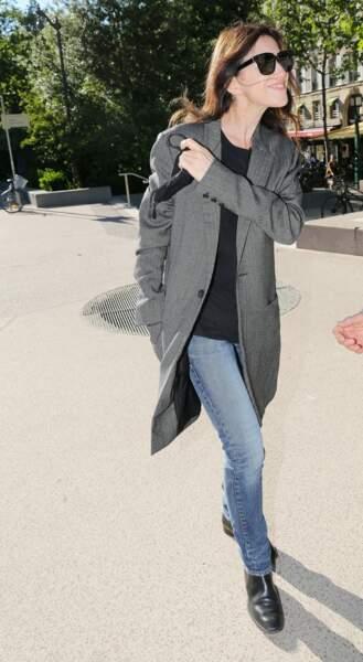 Charlotte Gainsbourg en 2021 : La fille de Jane Birkin casual en manteau long et denim