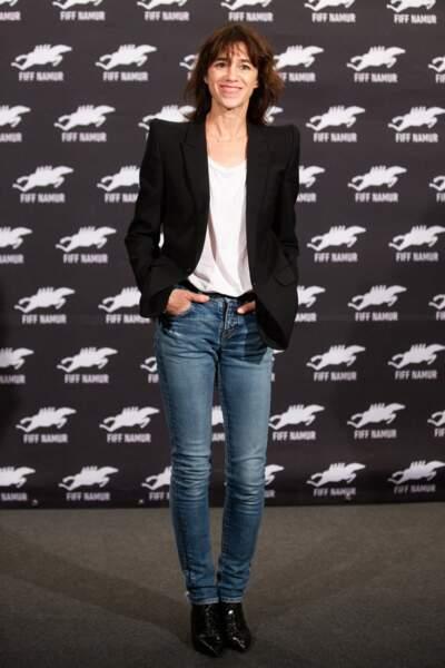 Charlotte Gainsbourg en 2019 : naturelle et sans artifices, elle mise sur ses basiques : un denim près du corps, un blazer à épaulettes noir et un t-shirt blanc
