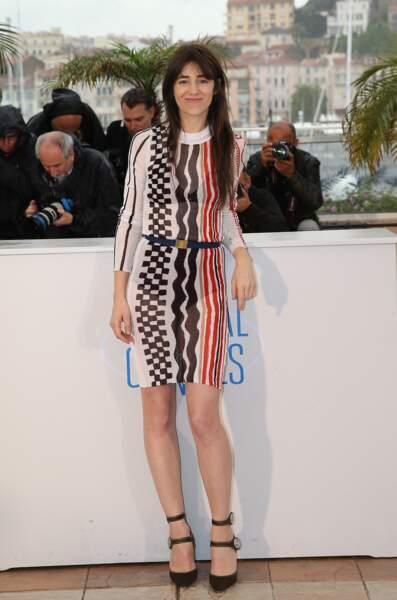 Charlotte Gainsbourg en 2014 : Féminine et estivale, elle ose la robe à imprimés et talons hauts