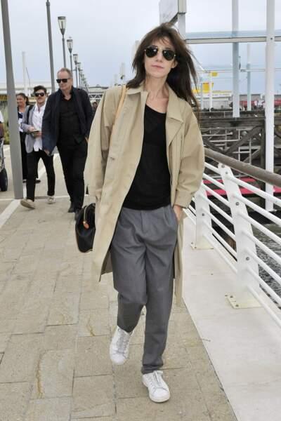 Charlotte Gainsbourg en 2014 : Casual, elle aime porter le trench avec des sneakers et des pantalons droits