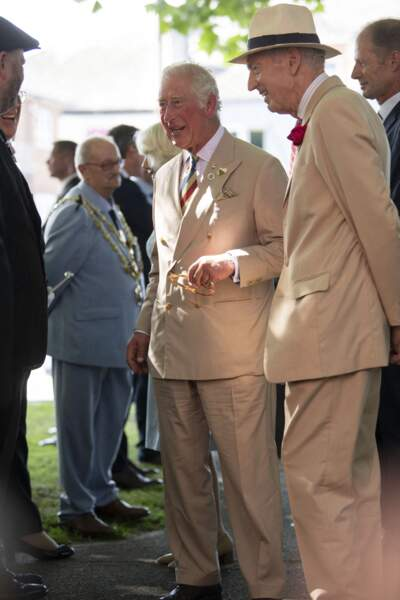"""Le prince Charles et son épouse Camilla visitent le musée et la galerie d'art """"The Burton"""", à Bideford, ce 21 juillet 2021."""