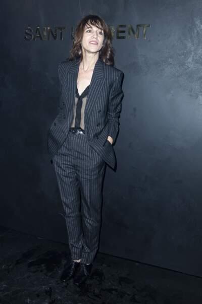 Charlotte Gainsbourg en 2019 : en costume rayé et chemise transparente