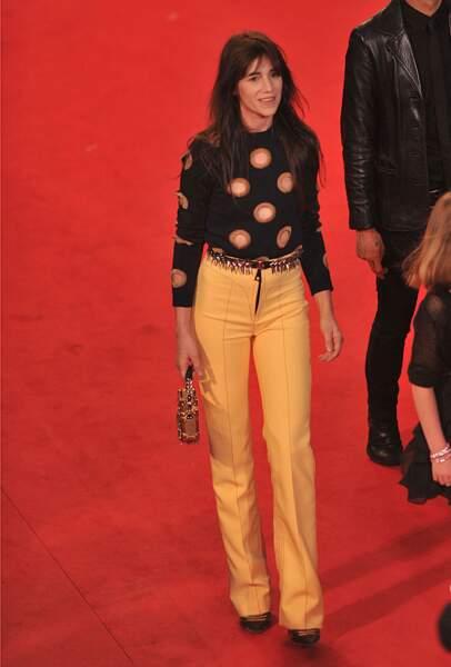 Charlotte Gainsbourg en 2014 : l'actrice ose le pantalon droit jaune et le pull à imprimés rétro