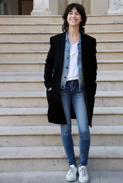 Charlotte Gainsbourg en 2017 : la fille de Serge Gainsbourg mise régulièrement sur ses intemporels : chemise en jean, denim près du corps, manteau long et t-shirt blanc