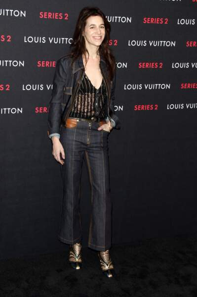 Charlotte Gainsbourg en 2015 : l'actrice fidèle à son style androgyne en pantalon droit et chemise transparente