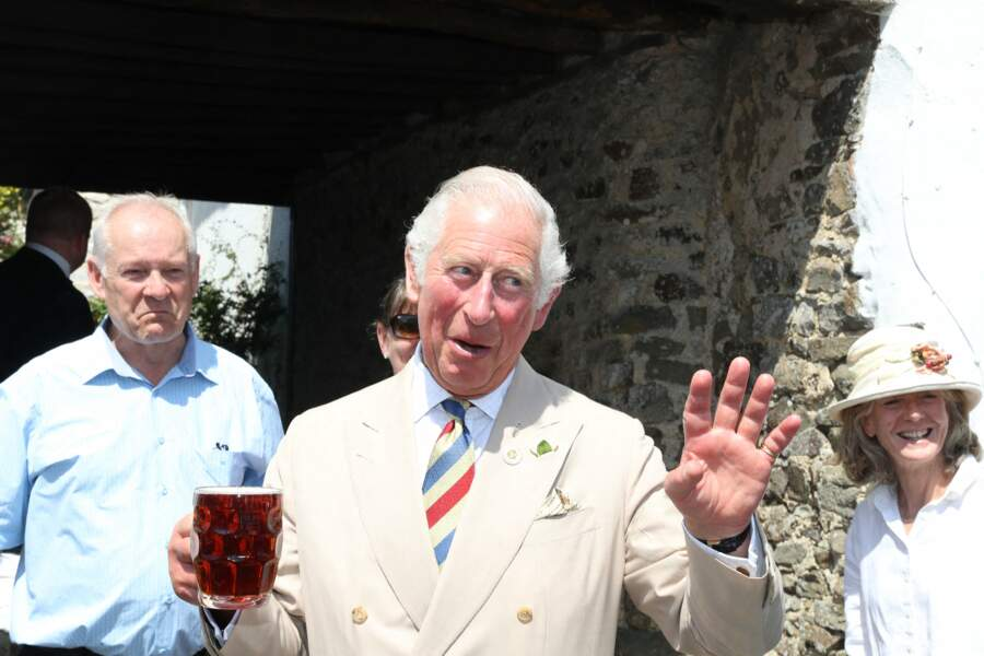 Le prince Charles est apparu souriant lors de sa venue dans un pub d'Iddesleigh, ce 21 juillet 2021.