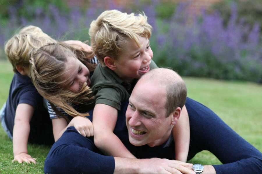 Complice avec son frère et sa soeur, le prince George l'est aussi avec son père, comme en témoigne ce cliché de juin 2020