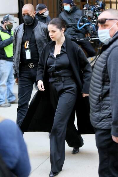 Selena Gomez en 2021 : classe et sophistiquée en pantalon droit et chemise cintrée noire