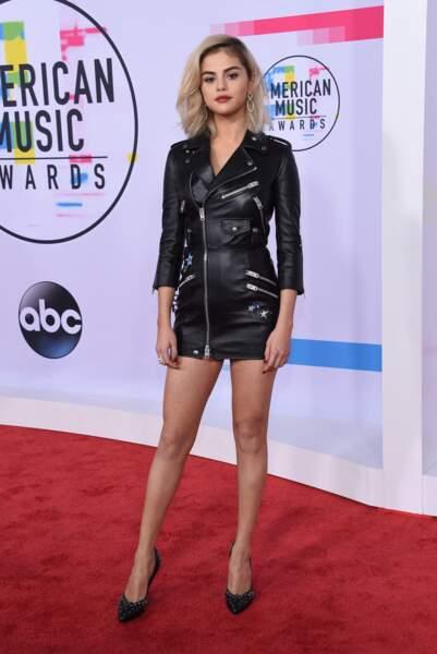 Selena Gomez en 2017 : Séduisante elle souligne sa silhouette fine avec une robe mini en cuir