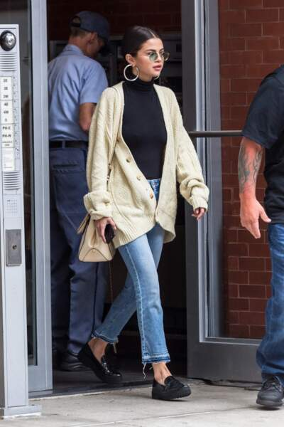 Selena Gomez en 2017 : décontractée en denim et cardigan vert eau