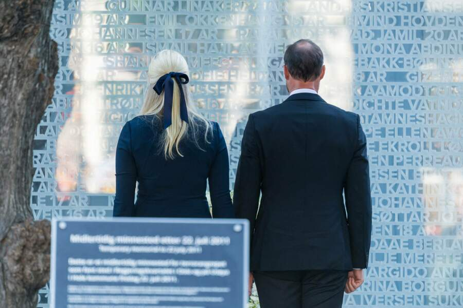 Dix ans après ces attentats, le prince Hakon de Norvège et son épouse la princesse Mette-Marit se sont recueillis devant une plaque commémorative en hommage aux victimes, à Oslo, ce 22 juillet 2021