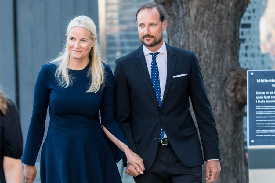 Main dans la main, la princesse Mette-Marit et le prince Haakon de Norvège ont tenu à être présents pour rendre hommage aux victimes de l'attentat d'Oslo de 2011, ce 22 juillet 2021