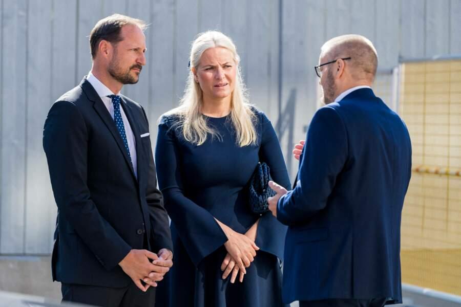 Le temps de cette dixième cérémonie d'hommage, le prince Haakon de Norvège et sa femme la princesse Mette-Marit ont pu échanger avec les autres convives, à 0slo, ce 22 juillet 2021