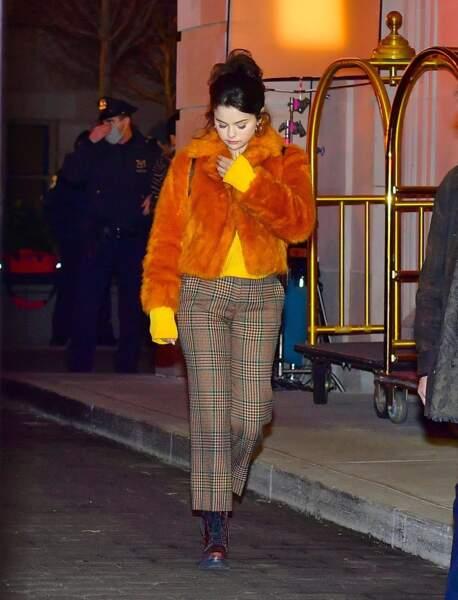 Selena Gomez en 2021 : elle mise sur une veste courte en fausse fourrure orange