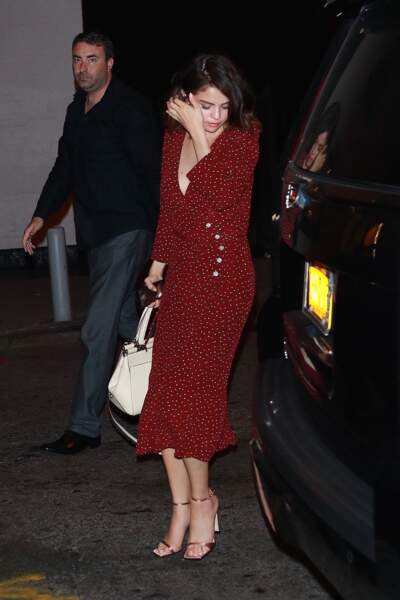 Selena Gomez ravissante dans une robe mi-longue à pois rouge
