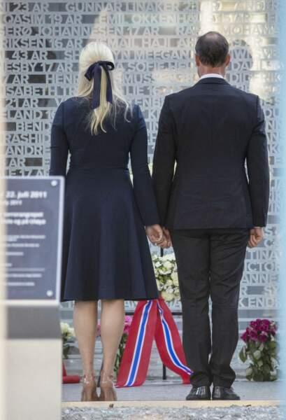 Lors de cette cérémonie, le prince Haakon de Norvège et la princesse Mette-Marit ont tenu une minute de silence devant la plaque commémorative sur laquelle sont inscrits les noms des victimes de l'attentat de 2011, à Oslo, ce 22 juillet 2021
