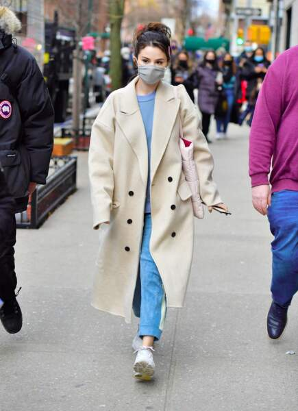 Selena Gomez en 2021 : elle ose le manteau long beige associé à son intemporel préféré le jean