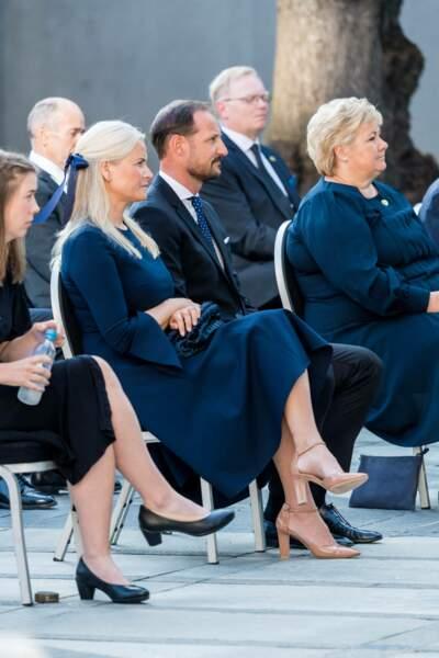 Atteinte d'une fibrose pulmonaire chronique, la princesse Mette-Marit de Norvège a tenu à accompagner son époux le prince héritier Haakon à la cérémonie de commémoration aux victimes de l'attentat d'Oslo, en 2011, ce 22 juillet 2021