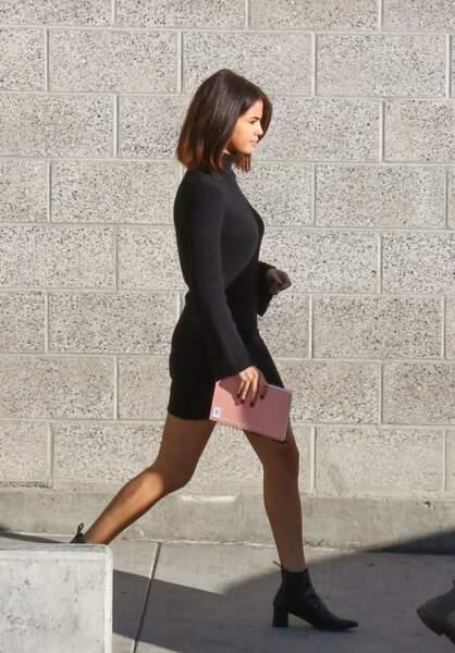 Selena Gomez en 2017 : fine et élancée, elle mise sur une robe pull noire courte associée à une paire de bottines