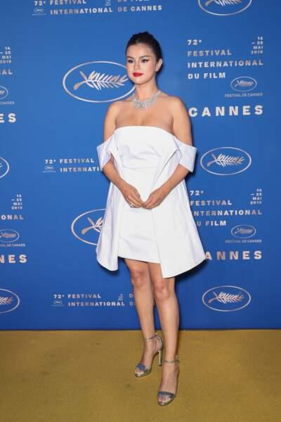 Selena Gomez en 2019 : sublime en petite robe blanche volumineuse et décolletée