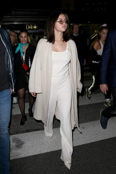 Selena Gomez en 2019 : Casual et bohème en ensemble en maille blanc et cardigan long beige