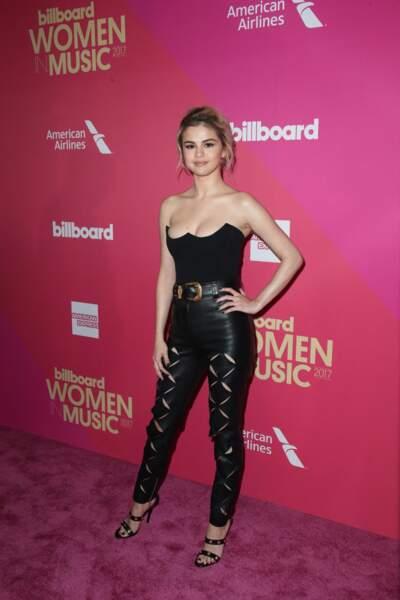 Selena Gomez en 2017 : Elegante et séduisante en pantalon en cuir et bustier décolleté