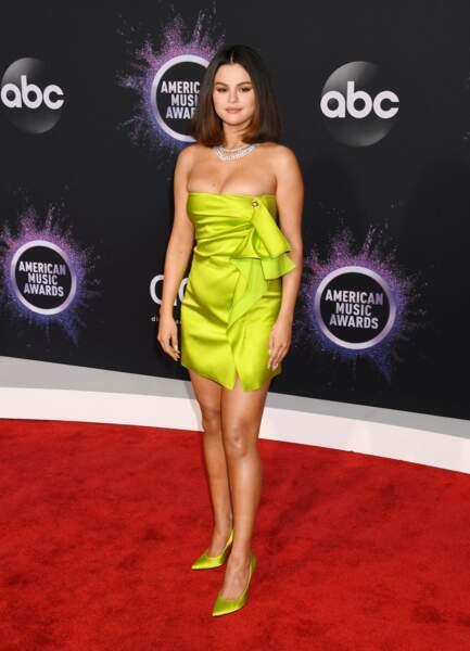 Selena Gomez en 2019 : elle ose la robe mini bustier jaune fluo aux American Music Awards
