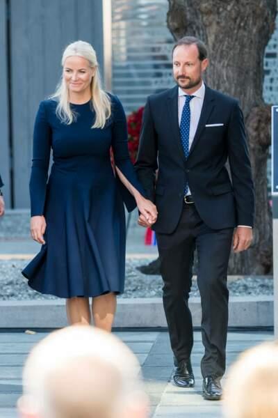 La princesse Mette-Marit au bras de son époux le prince Haakon de Norvège pour rendre hommage aux victimes des attentats d'Oslo, ce 22 juillet 2021