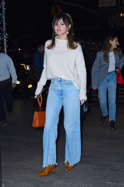 Selena Gomez  en 2020 : Casual chic en denim droit long, pull beige douillet et bottines en cuir marron