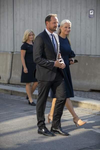 Toute en élégance et en sobriété, le couple royal est arrivé à la dixième cérémonie de commémoration en hommage aux victimes des attentats d'Oslo, ce 22 juillet 2021