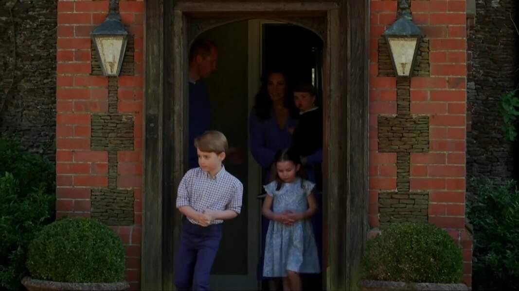 Le prince George prend la pose, suivi de sa soeur, son frère et ses parents, pour applaudir le personnel soignant, en avril 2020